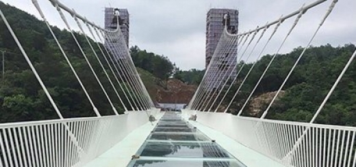 В Китае откроют стеклянный мост над 300-метровой пропастью