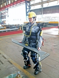 Новый корейский экзоскелет даёт строителям самых больших в мире кораблей сверхчеловеческую силу