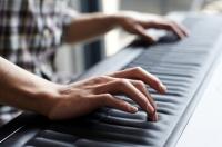 Лондонский стартап ROLI представил миру удивительный музыкальный инструмент собственной разработки. Пианино The Seaboard GRAND представляет собой монолитную конструкцию, на чьей поверхности нет чёрных или белых клавиш. По сути – вся поверхность инструмента и есть одна чувствительная к прикосновениям