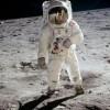 """Когда американский астронавт Нил Армстронг впервые ступил на Луну, то кроме знаменитого заявления """"Маленький шаг для человека, огромный прыжок для человечества"""", а также обычных переговоров с другими астронавтами и Центром управления полётами, руководство услышало, как он тихим голосом сказал: """"Удач"""