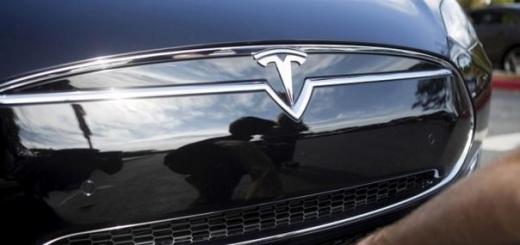 У Tesla есть два объяснения аварии с участием автопилота