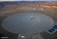 В марте в пустыне штата Невада начнет работу громадная солнечная электростанция Crescent Dunes мощностью 110 МВт. Тысячи зеркал сфокусируют свет на центральной башне, расплавив тысячи тонн специальной соли, которая без вреда для окружающей среды испарит воду, заставив вращаться турбину генератора. Т