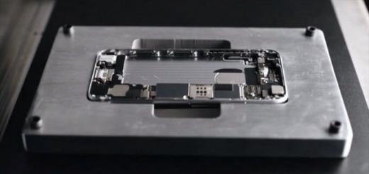 Робот потрошит смартфоны Apple