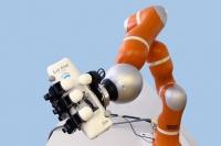 Робот-рука – чудо швейцарской техники, обладает мгновенной реакцией: он хватает на лету летящие предметы со сложными формами и траекториями меньше чем за 1/500 долю секунды. Эксперты собираются с его помощью очистить земную орбиту от мусора.